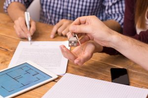 What are the things to consider when choosing a real estate agent?